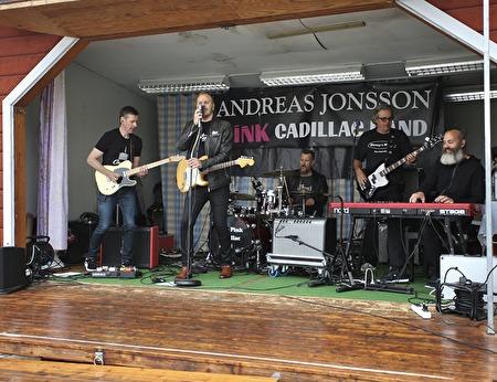 Andreas Jonssons Pink Cadillac Band spelade från scenen på torget.