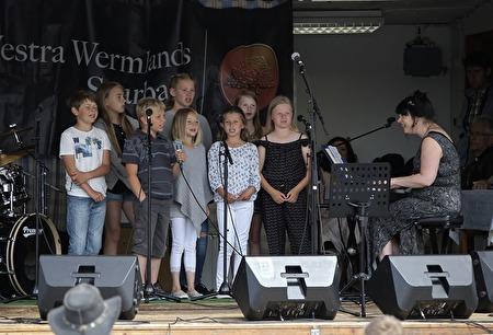 Holy Kids inledde den Ekumeniska gudstjänsten på torget, med Mathilda Röjdemo vid pianot.