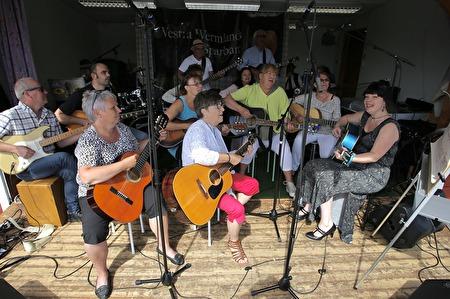 Senare på söndagen spelade Mathilda Röjdemos gitarrelever från scenen på torget.