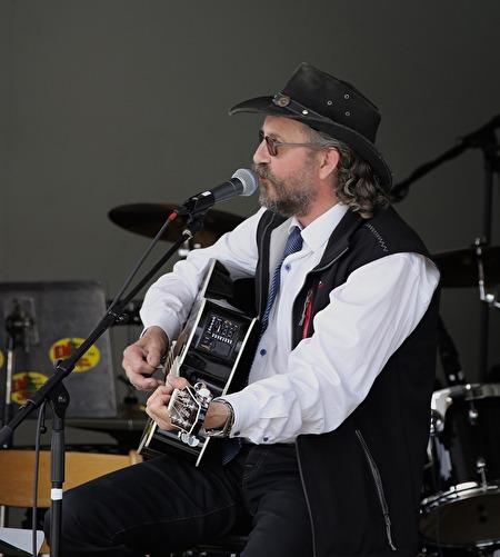 Danne Nilsson sjöng och spelade.