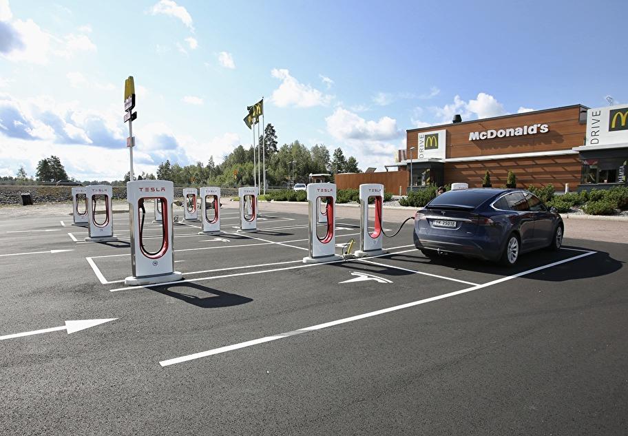 12 Tesla laddningsplatser för elbilar vid McDonald´s i Töcksfors Handelspark.