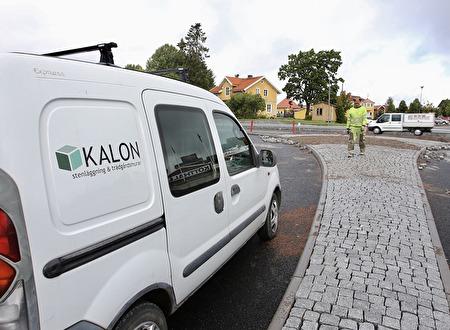 1 september 2017 - Det är Årjängsföretaget Kalon som utför arbetet med stensättning.