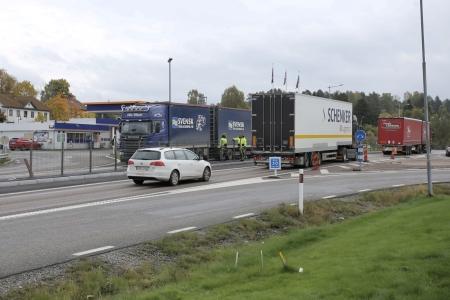 26 september 2017 - Arbete med uppsättning av stängsel E18 mellan Gulf och Shoppingcentret i den hårda trafikmiljön.