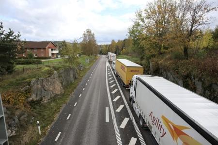 3 oktober 2017 - Det blev långa köer i samband med asfalteringsarbetet.