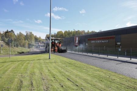 4 oktober 2017 - Stängslet mellan Shoppingcentret och Gulf är på plats och E18 asfalteras.