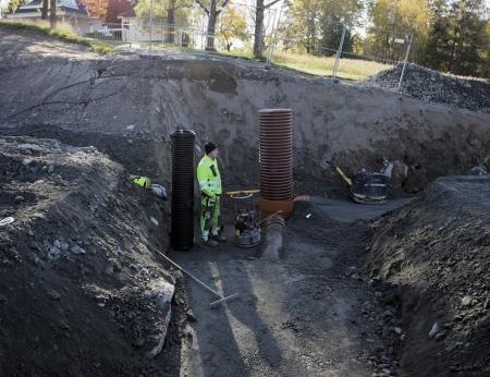 10 oktober 2017 - Det är mycket underjordiskt arbete innan den nya väganslutningen till Älveruds Handelsområde kan färdigställas.