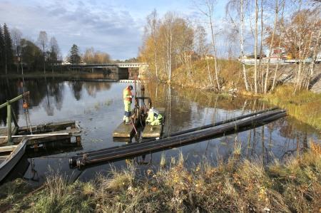 27 oktober 2017 - Anslutning av den gamla vattenledning på kanalens botten till den nya vattenledningen vid Älverud.