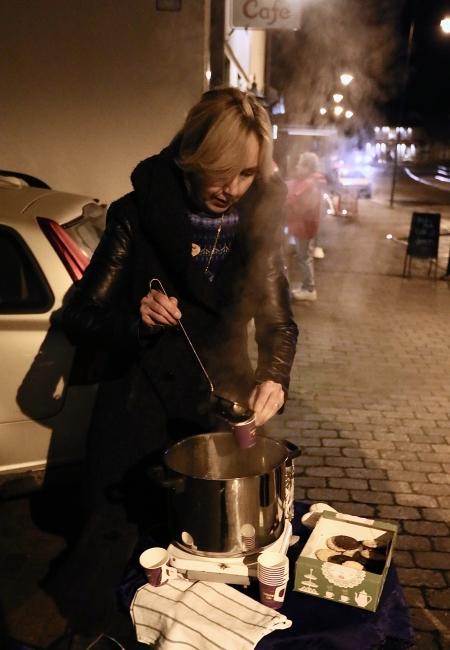 Svenska Kyrkan och Equmeniakyrkan fanns på Byn och bjöd på varm saft och kakor.