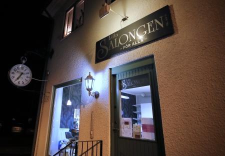 Lilla Salongen hade öppet och tog emot kunder.