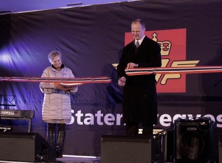 Samferdselsminister Ketil Solvik-Olsen skar av bandet och förklarade nya E18 Gränsen - Örje öppnad.
