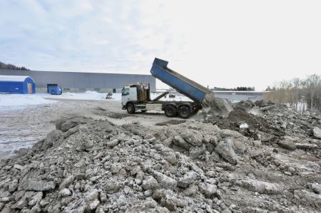 5 februari 2018 -  Jord och sten som grävs upp vid utbyggnaden av shoppingcentret blir ny industrimark på Källhultets industriområde.