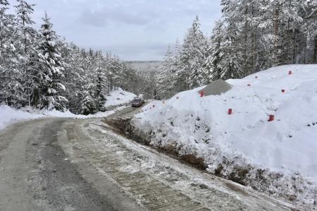20 februari 2018 - Vägen norrut mot platserna där vindkraftverken 1-4 skall stå. Här skall det sprängas för att räta ut vägen.