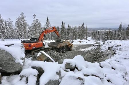 20 februari 2018 - Bergmassorna från sprängningarna på toppen av Joarknatten används för att förstärka vägarna i området.
