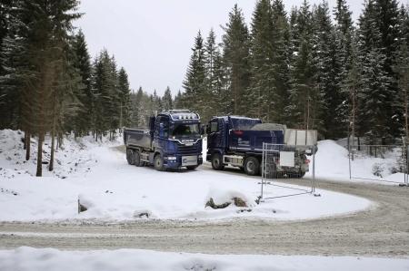 6 mars 2018 - Det är tät trafik med lastbilar mellan den närliggande bergtäkten och Joarknattens vindkraftsaprk.