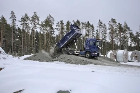 6 mars 2018 - Finare material körs från den närliggande bergtäkten upp till Joarknattens vindkraftspark. Materialet skall användas som toppskikt på vägarna och arbetsytorna.
