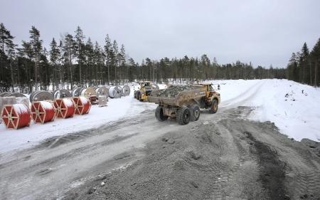 6 mars 2018 - Dumper med bergmassor på väg mot platsen där vindkraftverk nr 8 skall byggas.