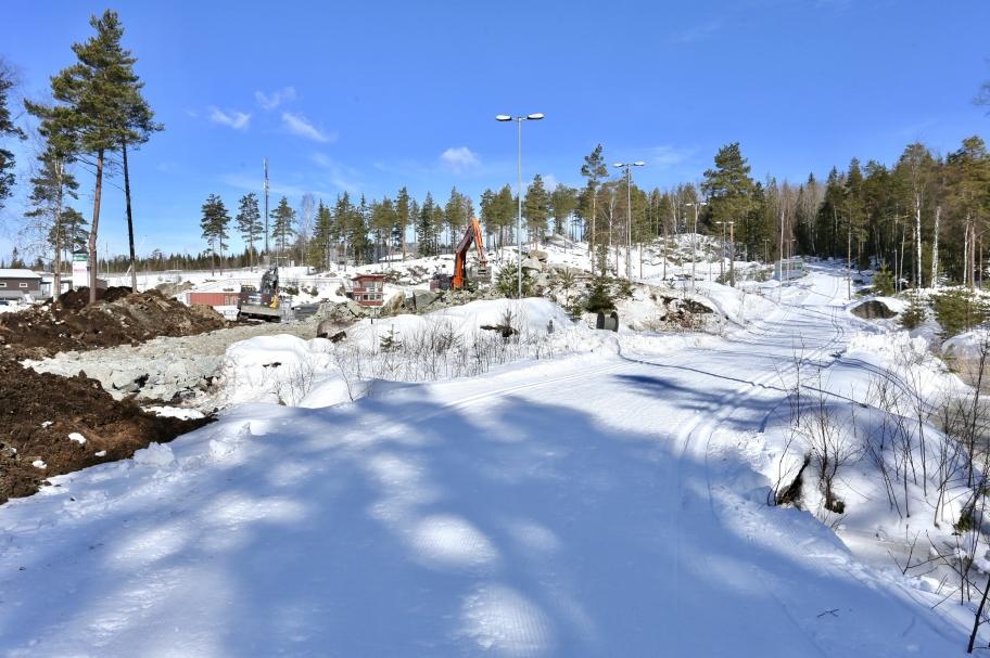 20 mars 2018 - Skidspåren vid Kölen Sportcenter är fantastiskt fina, och det kommer sannolikt att bestå även över Påskhelgen. Vid sidan om spåren jobbar grävmaskinförarna med nya anläggningsvägen från Sportcentret söderut  till Högås vindkraftspark. Fler bilder under fliken Örje / Vindkraftspark Högås/ Markarbete.