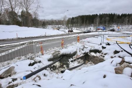 13 mars 2018 - Rör borras under vägen, för dragning av elkraftkablar.