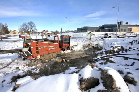 14 mars 2018 - Rör borras under vägen, för dragning av elkraftkablar.