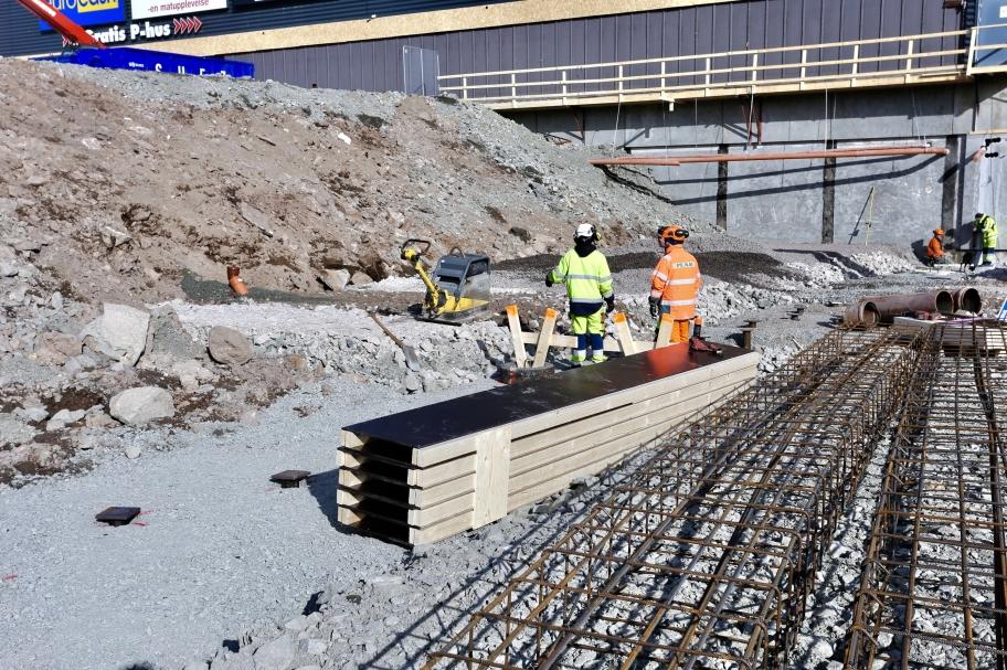20 mars 2018 - Nu förbereder man gjutning av balkar vid P-Husets nya in- och utfart. Fler bilder under fliken Hänt / Töcksfors shoppingcenter / Utbyggnad 2018 byggnation.