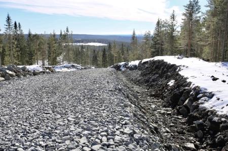 22 mars 2018 - Vid sidan av vägarna finns diken för El- och IT-kablar. I diket kommer kablarna att ligga mjukt i ett lager av fint stenmaterial.
