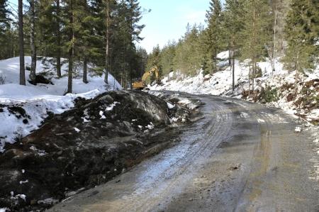 22 mars 2018 - Berg sprängs bort för att räta ut och bredda vägarna.