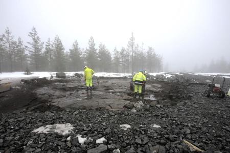 4 april 2018 - Berget rensas, tvättas och kontrolleras före gjutningen av grundplattan.