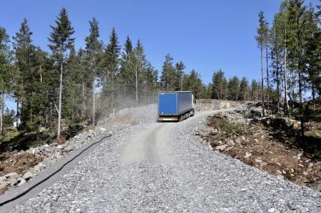 15 maj 2018 - En lastbil med trailer kämpar sig uppför den branta backen till toppen av Joarknatten, lastad med delar till vindkraftverkens fundament.