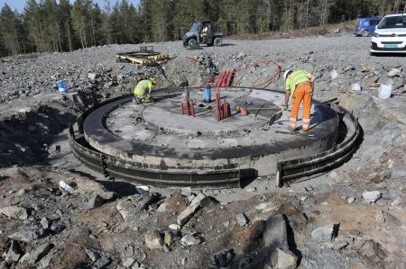 24 maj 2018 - Gjutningen av fundament 6 är klar och formarna tas bort.