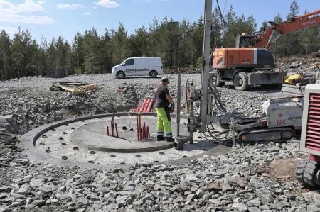 24 maj 2018 - Borrning av 44 hål genom funda-mentet, 12 meter ner i berget, där spännstagen som skall hålla fast fundamentet skall fästas och spännas.