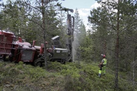 24 maj 2018 - Några meter från fundamentet borras 3 st hål 30 meter ner i berget för jordning av vindkraftverket.