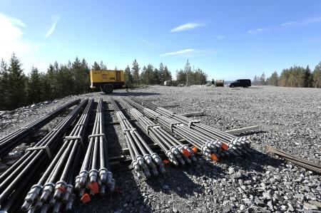 5 juni 2018 - 12 meter långa spännstag som skall hålla fast fundamentet i berget.