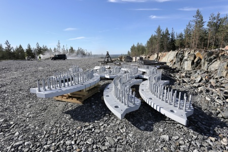 5 juni 2018 - Delar till stålkonstruktionen som skall monteras på fundamenten, där vindkraftverkens torn skall skruvas fast