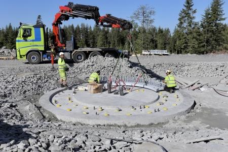 8 juni 2018 - Fundament 7 - Montering av stålkonstruktinen där vindkraftverkets torn skall skruvas fast.