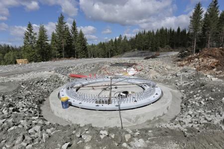 15 juni 2018 - Fundament 7 är planjusterat och nu skall det göras en stabiliserande gjutning under stålkonstruktionen.