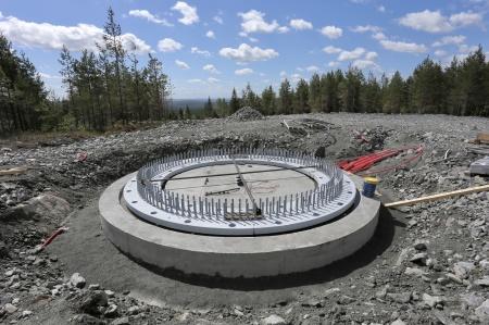 15 juni 2018 - Fundament 6 är planjusterat och nu skall det göras en stabiliserande gjutning under stålkonstruktionen.