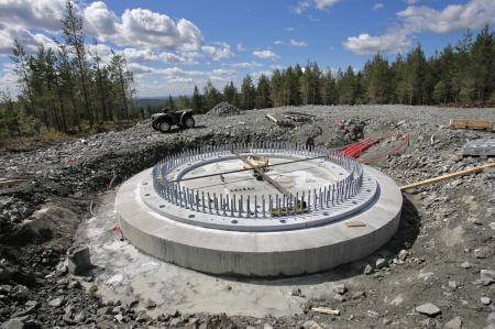 19 juni 2018 - Fundament 6 - Den stabiliserande gjutningen under stålkonstruktionen är klar och nu ska spännstagen monteras.