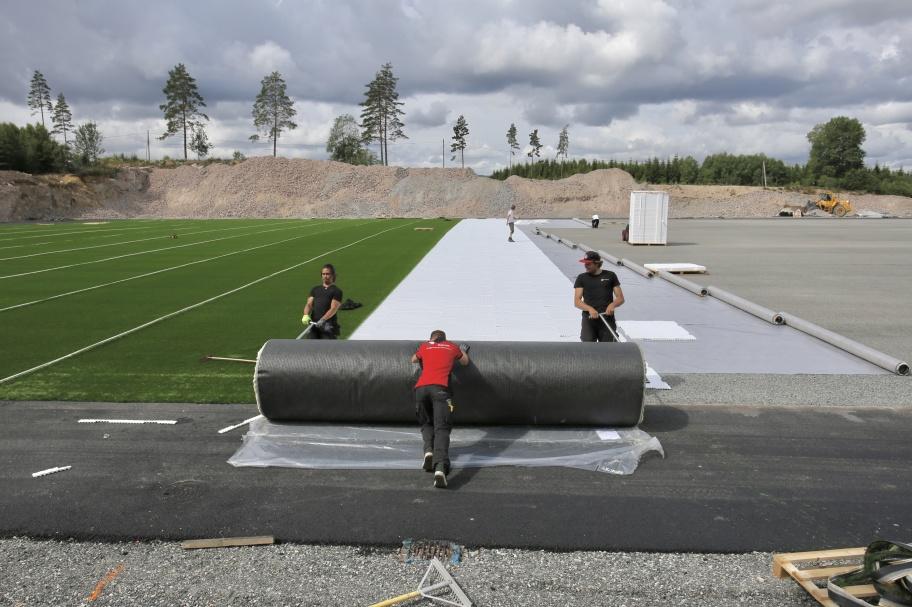 21 juni 2018 - Nu rullas konstgräset ut på Hagavallen. Det är specialister från Holland som utför arbetet. Fler bilder under fliken Hänt / Hagavallen / Konstgräsplan - läggning.