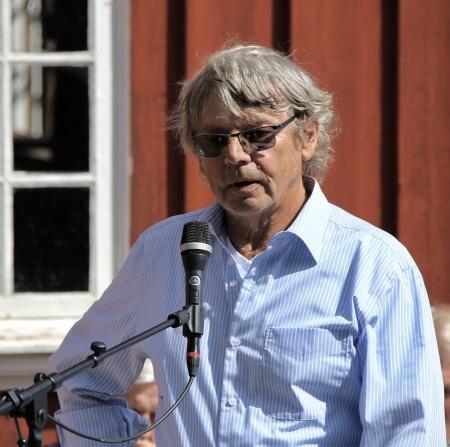 Sven Robertsson, ordförande i Fornminnes-föreningen Nordmarksstugan, hälsade alla välkomna till friluftsgudstjänsten vid Nordmarksstugan.