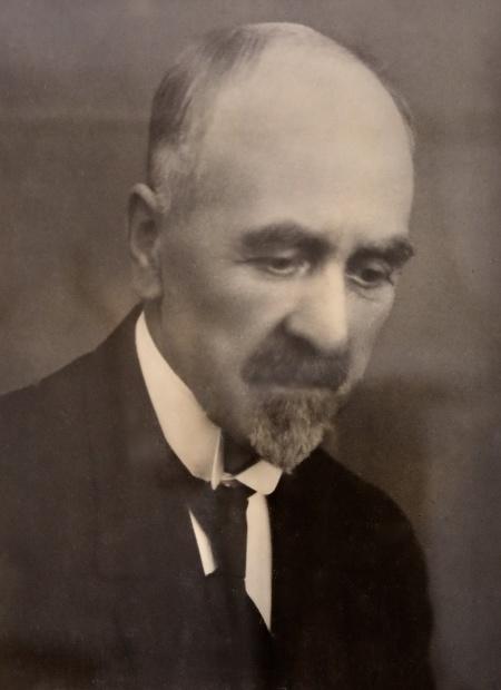 Karl A. Östlind, grundaren av Fornminnesföreningen Nordmarksstugan, övervakade årsmötet från sin plats på väggen inne i Nordmarksstugan.