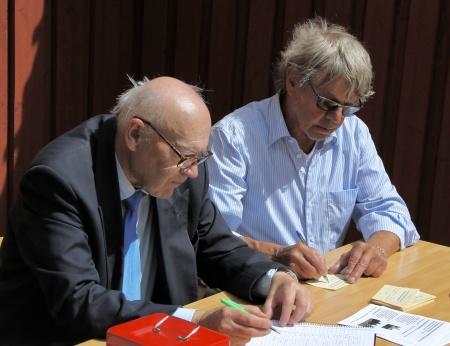 Sven Emsell kassör och Sven Robertsson ordförande i Fornminnesföreningen Nordmarksstugan.
