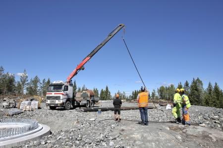 25 juni 2018 - Dags att montera spännstagen i fundament 6.