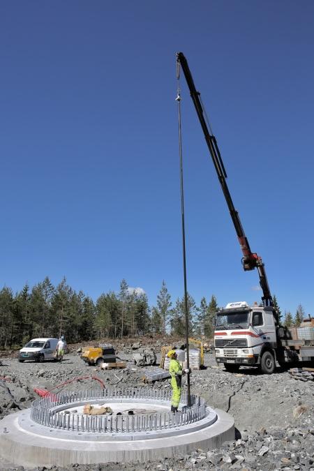 25 juni 2018 - Montering av spännstagen i fundament 6.