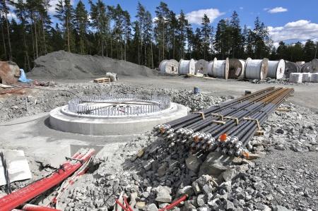 25 juni 2018 - Dags för montering av spännstagen på fundament 7.