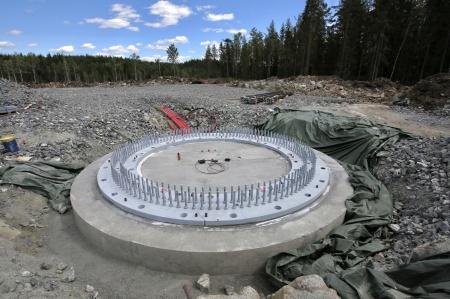 25 juni 2018 - Den stabiliserande gjutningen under stålkonstruktionen på fundament 8 är klar.