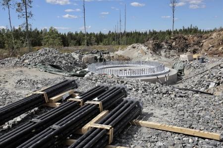 25 juni 2018 - Dags för montering av spännstagen på fundament 8.