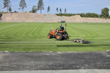27 juni 2018 - Borstning av konstgräset för att få ner gummigranulatet.