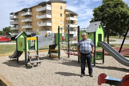 28 juni 2018 - Dags för invigning av nya lek- och grillplatsen vid Västra Torggatan i Töcksfors. Börje Liviken, ordf. i Årjängs Bostad AB, höll invigningstal.