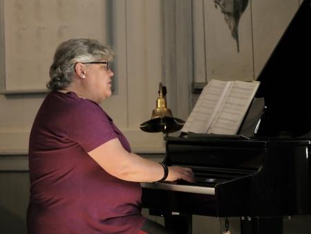 Marianne Tagesson Hansen spelade på kyrkans nya digitala flygel.