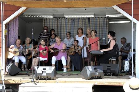 Elever i Mathilda´s musikskola sjöng och spelade på torget.